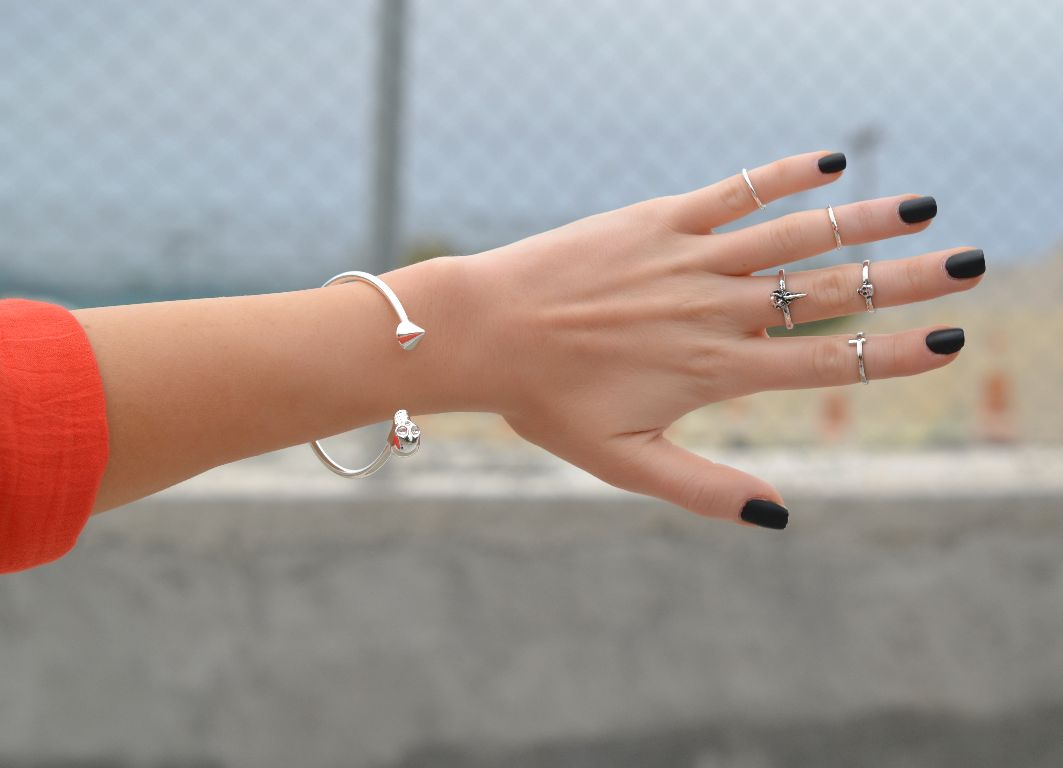 Would you wear this jewelry trend top knuckle or midi What finger to wear a ring on female
