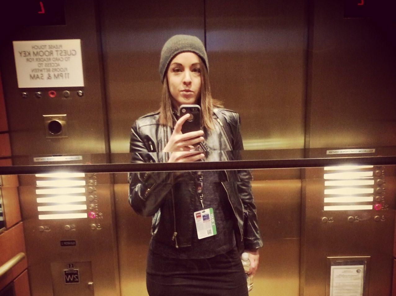 Фото девушки в лифте на аву в